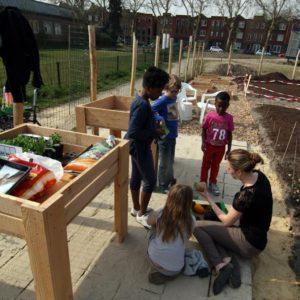 De kinder moestuinclub  bij het PET paviljoen, Enschede, wijk Horstlanden Veldkamp